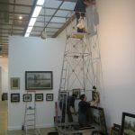 Московский международный салон ЦДХ 2014 рабочие вешают картины