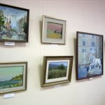 Выставка в ИХОиК РАН - картины висят на стене